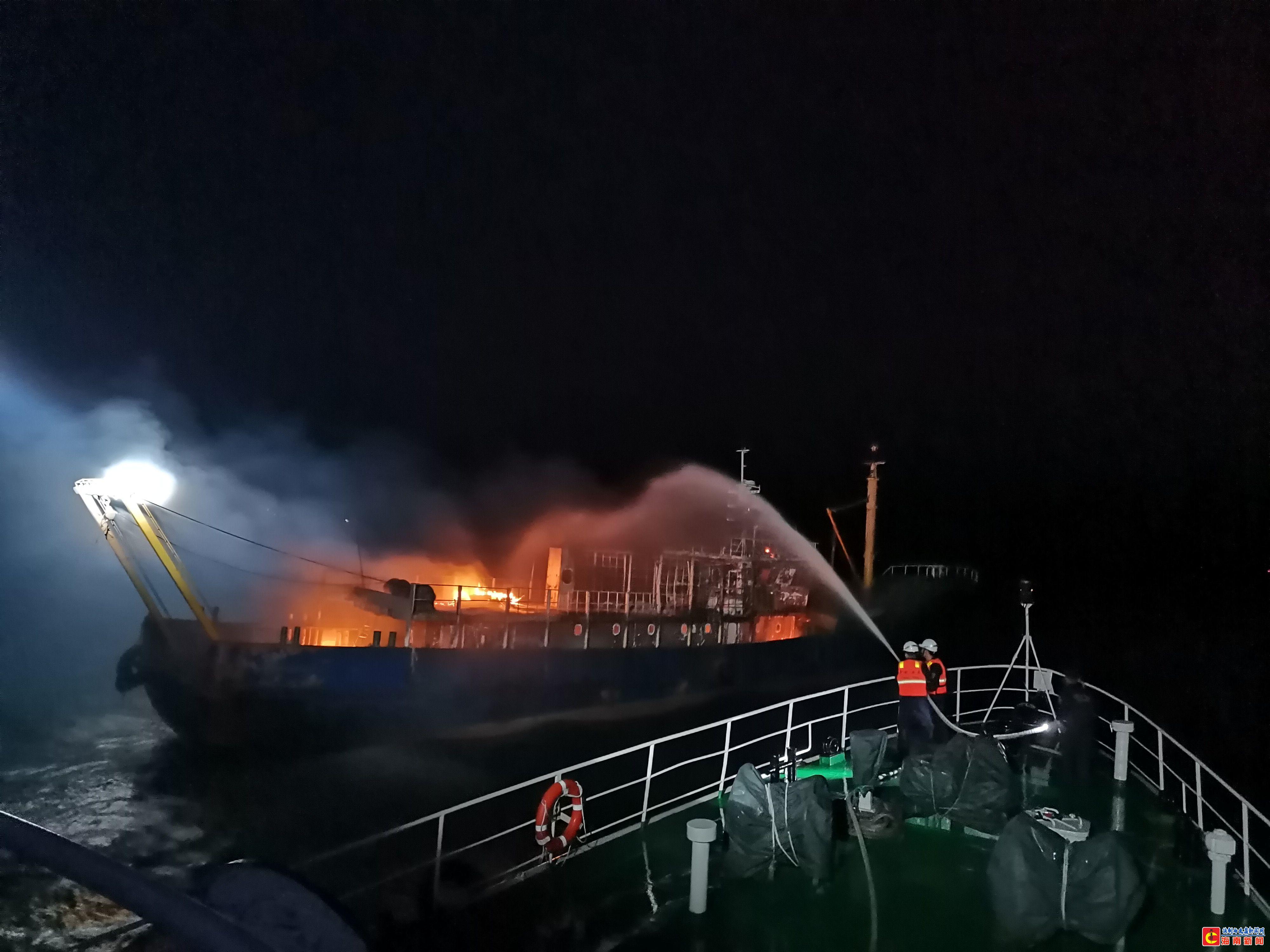 琼州海峡一渔船失火两名人员跳水