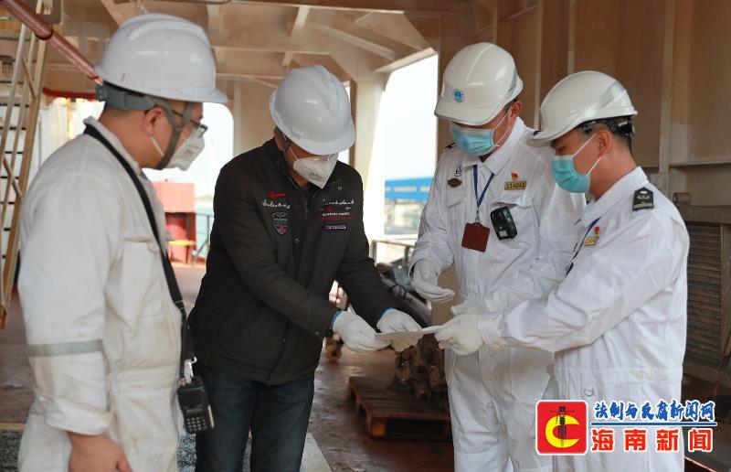 八所海事局开辟重点物资船舶绿色通道 助力打赢疫情防控阻击战